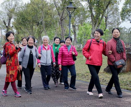 市直机关老体协开展庆三八健步走活动 途中 小.JPG