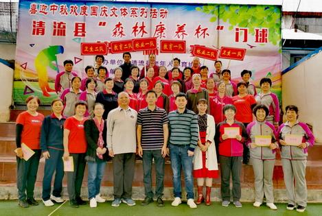 县老体协主席李志明与全体运动员合影 小 .JPG